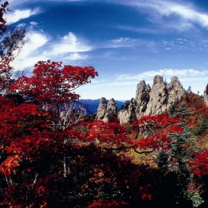 Seoraksan-fall-leaves-Mt-Seora-mountain-view-sky