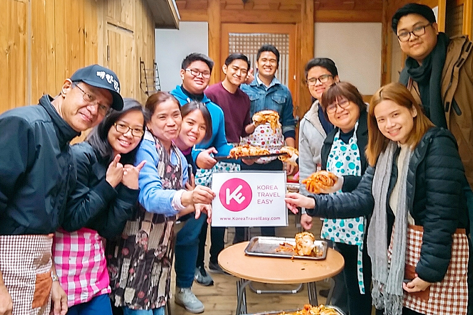 koreatraveleasy-with-customers