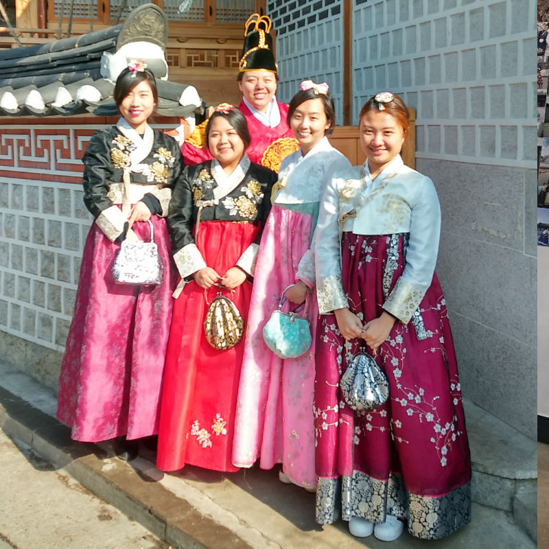 Hanbok-rental-insadong-Seoul-rental-shop-happy-customers-bukchon-hanok-village