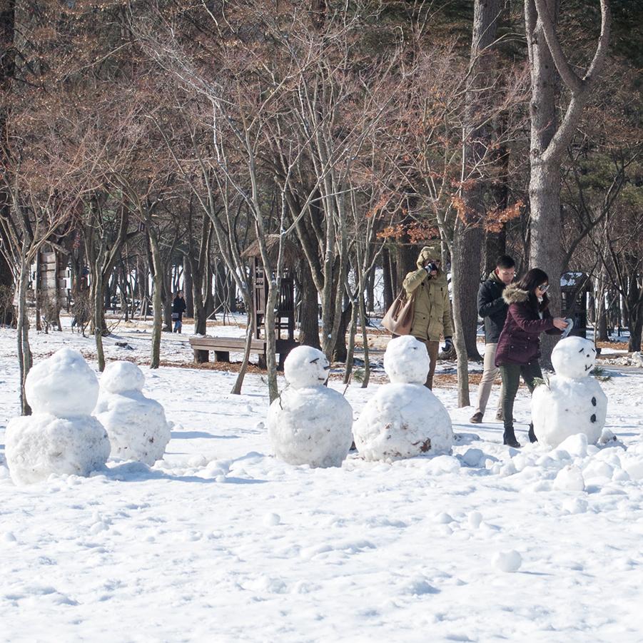 snowmen-nami-island-winter