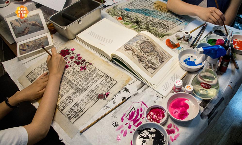 Folk Painting Calligraphy of Your Name in Korean (Bukchon Hanok village) | KoreaTravelEasy