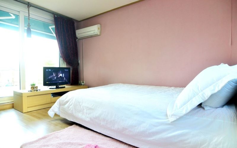 elysian pension bed tv
