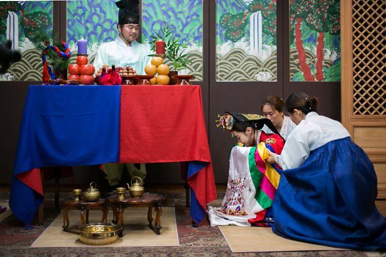 Korea Traditional Wedding Experience bride bowing