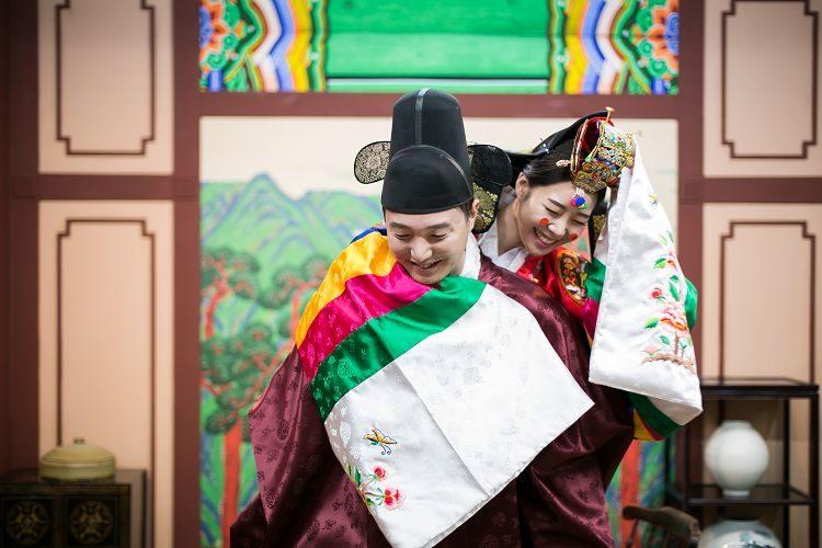 Korea Traditional Wedding Experience Groom Bride hugging front
