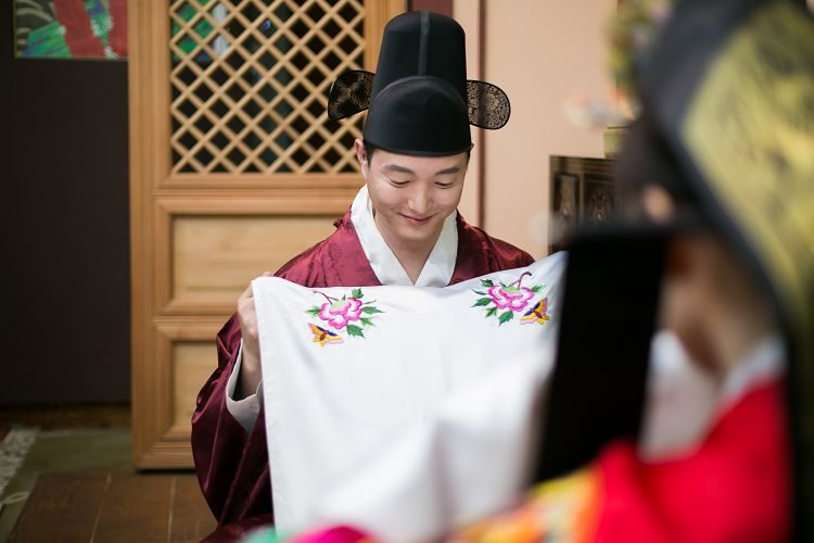 Korea Traditional Wedding Experience groom holding cloth